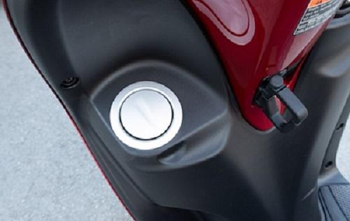 Nắp bình xăng tiện lợi ở trên Latte 2020