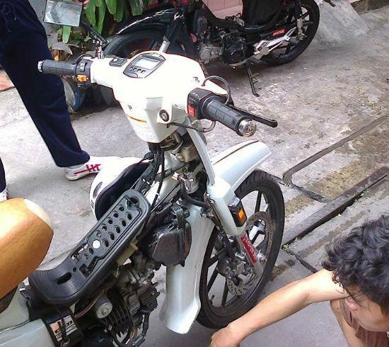 Không nên tháo yếm xe máy khi sử dụng